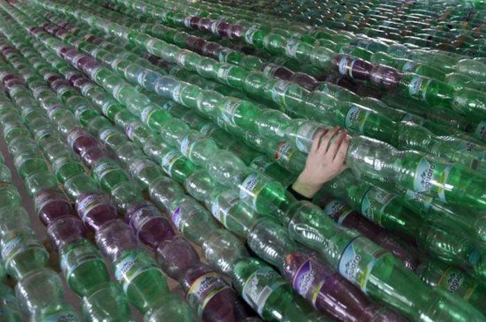 Barca di plastica realizzata con bottiglie usate